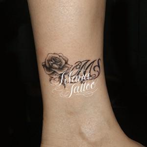 薔薇とイニシャルのタトゥー