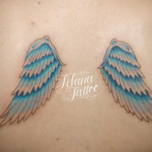 青い翼のタトゥー