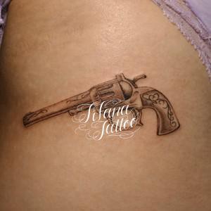 拳銃のタトゥー