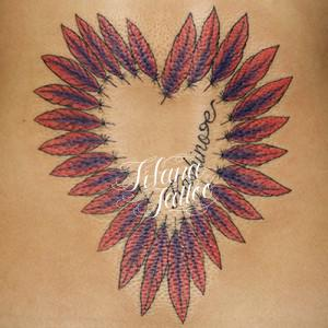 羽でハートのタトゥー