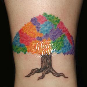 カラフルな樹木のタトゥー