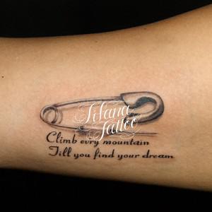 安全ピンと文字のタトゥー