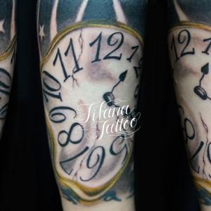 歪んだ時計のタトゥー