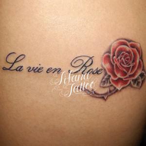 薔薇とフランス語のタトゥー