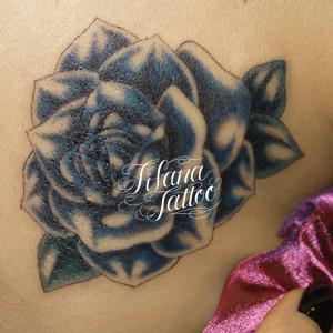 ダークブルーの薔薇のタトゥー
