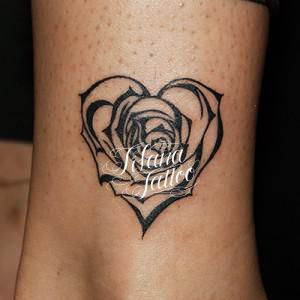 ハート型の薔薇のタトゥー