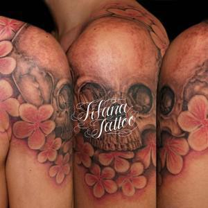 スカルとプルメリアのタトゥー