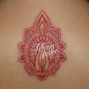 赤いヘナ柄のタトゥー