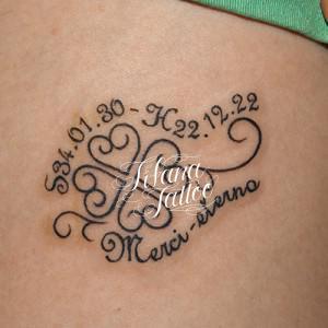 クローバーと文字のタトゥー