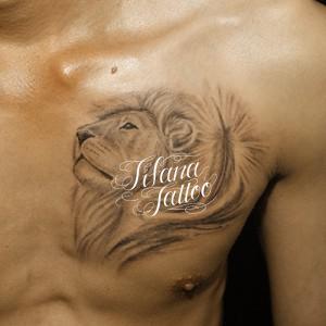 ライオンと羽のタトゥー