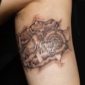 天使と懐中時計のタトゥー
