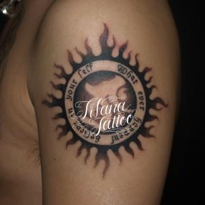 太陽と梵字のタトゥー