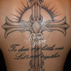 背中一面のクロスのタトゥー