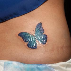 青い蝶のガールズタトゥー