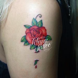 赤いバラのタトゥー