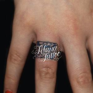 指のワンポイントタトゥー