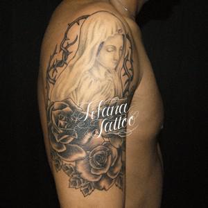 薔薇でカバーアップしたタトゥー