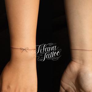 シンプルなリボンのタトゥー