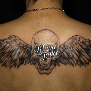スカルと翼のタトゥー
