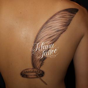 羽とリングのタトゥー