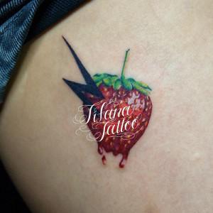 苺と雷マークのタトゥー