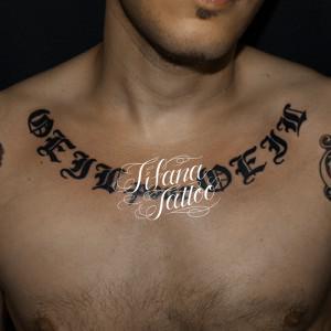 左右対称な文字のタトゥー