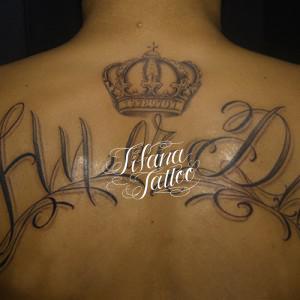 文字と王冠のタトゥー