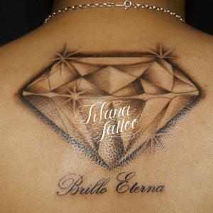 ダイヤと文字のタトゥー