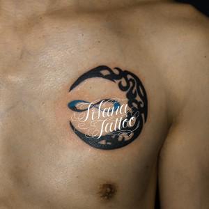 月と無限大のタトゥー