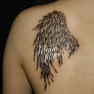 消耗した翼のタトゥー