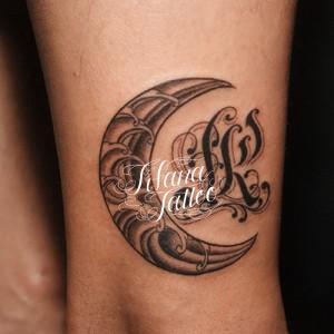 月|イニシャルのタトゥー