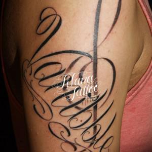 ト音記号と文字のタトゥー