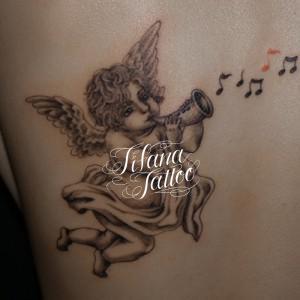 笛を吹く天使のタトゥー