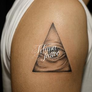 三角形と目のタトゥー