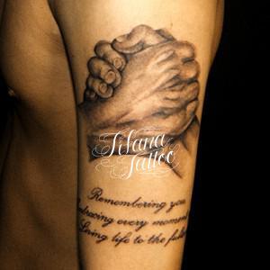 拳と文字のタトゥー