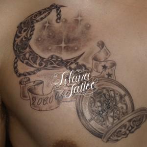 懐中時計と月のタトゥー
