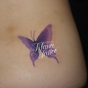 紫色の蝶のタトゥー