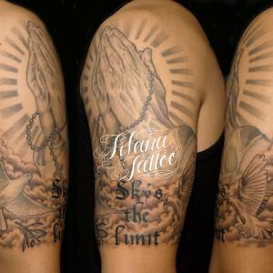 合掌と鳩のタトゥー
