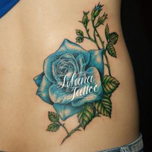 青い薔薇のガールズタトゥー