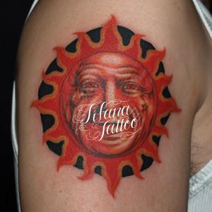 太陽の顔のタトゥー