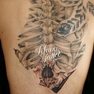 背骨|スカルのタトゥー