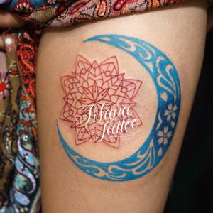 青い月と花柄のタトゥー