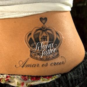 王冠とスペイン語のタトゥー