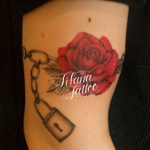 薔薇と南京錠のタトゥー