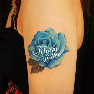青い薔薇のタトゥー