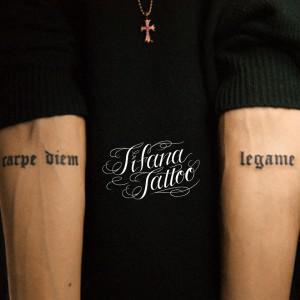 左右の腕に文字のタトゥー