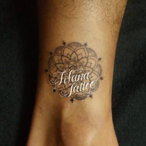 円形の幾何学模様のタトゥー