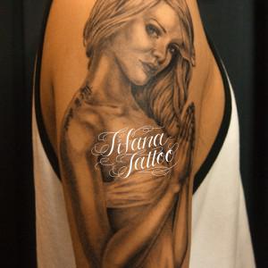 2重彫りの女性のタトゥー