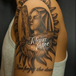 十字架を抱えたマリア様のタトゥー