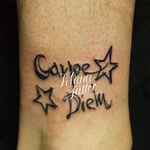 手書き文字と星のタトゥー